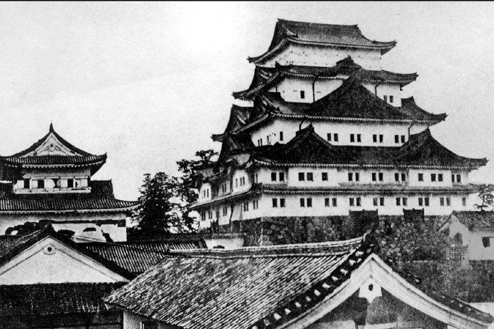 天守から金鯱がおろされた名古屋城(明治初期)