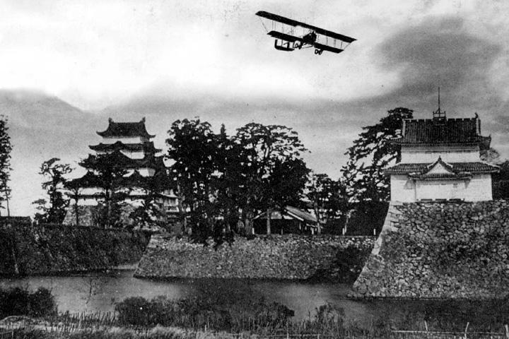 名古屋城上空を飛ぶ陸軍の練習機(大正中頃)