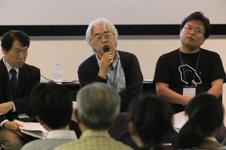写真左から映像プログラムキュレーターの越後谷卓司さん、名古屋市美術館学芸員の山田諭さん、五十嵐太郎芸術監督