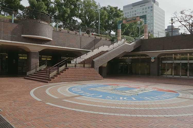 名鉄栄町駅(左)地下鉄栄駅(右)